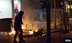 旺角衝突示威者與警察對峙。(美國之音湯惠芸)