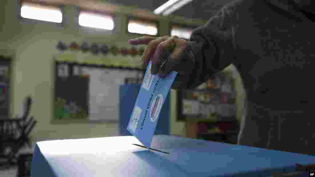 Un homme place son bulletin de vote dans l'urne lors des élections législtaives à Tel Aviv, Israel, le 17 mars 2015.