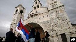 Venčanje ispred Crkve Hristovog vaskrsenja u Podgorici, 15. oktobra 2016. godine (Foto: AP/Darko Vojinović)