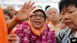 싱가포르의 첫 여성 대통령에 공식 선출된 할리마 야콥 전 싱가포르 국회의장이 13일 지지자들에 둘러싸여 인사하고 있다.