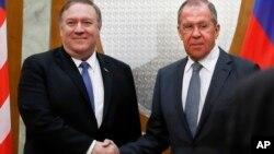 Rukovanje prije razgovora: Mike Pompeo i Sergej Lavrov (Foto: AP/Pavel Golovkin)