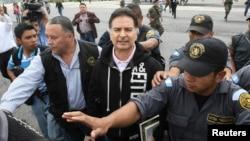El expresidente guatemalteco Alfonso Portillo (centro) es trasalado en Guatemala para su posterior extradición a Estados Unidos.