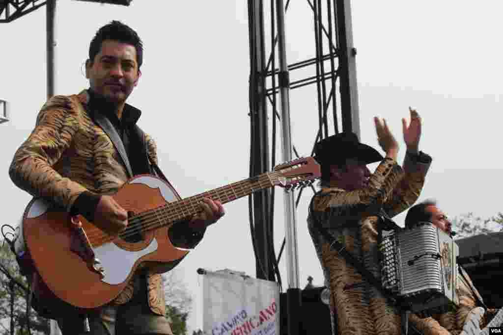 Los Tigres del Norte deleitaron a millones de inmigrantes indocumentados que disfrutaron de su música.