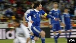Bintang Argentina, Lionel Messi (no. 10) mencetak dua gol saat Argentina mengalahkan Paraguay 5-2 dan memastikan lolos ke Piala Dunia tahun depan (foto: dok).