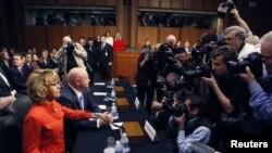 La excongresista Gabrielle Giffords testifica en el Capitolio en el debate sobre control a las armas.