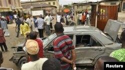 Warga berkumpul di lokasi ledakan di Sabon gari, Kano, Nigeria utara, Selasa (30/7).