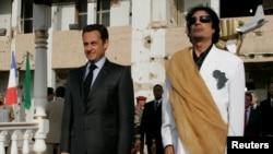 Le président libyen Mouammar Kadhafi (à dr.) et son homologue français Nicolas Sarkozy au palais Bab Azizia à Tripoli, Libye, le 25 juillet 2007. (REUTERS/Pascal Rossignol/archives)