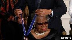 """سهرۆک ئۆباما له کاتی بهخشینی """"خهڵاتی ئازادی 2010"""" ی به مایا ئهنجیلۆ له 15ی مانگی 2ی 2011ی زایننی له کۆشکی سپی"""