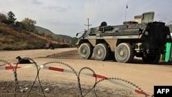 KFOR patrolira pored barikada koje su postavili Srbi na severu Kosova
