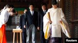 PM Jepang Shinzo Abe saat melakukan ziarah ke tugu Yasukuni di Tokyo, 15 Agustus 2011 (Foto: dok). Media Jepang melaporkan PM Abe memutuskan untuk tidak berziarah ke tugu Yasukuni untuk memperingati 68 tahun menyerahnya Jepang dalam perang Dunia II, Kamis mendatang (15/8).