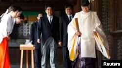 2011年8月15日日本投降66周年之际安倍晋三在靖国神社祈祷东京战死者后随教士走出(资料照片)