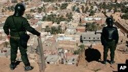 Des policiers algériens montent la garde sur la ville de Ghardaia, dans le sud de l'Algérie, 8 février 2014. (AP Photo/Anis Belghoul)