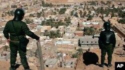 Des policiers algériens veillent sur la ville du désert de Ghardaia, au sud de l'Algérie, le samedi 8 février 2014.