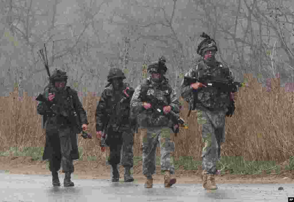 25일 한국 파주시에서 미한 연합 군사 훈련 중인 병사들.
