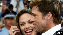 La madre de la estrella de Hollywood parece oponerse a las creencias de su hijo, Brad Pitt, quien apoya a los homosexuales y convive con Angelina Jolie sin casarse.