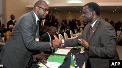 Secretário Executivo da CEDEAO, Desire Kadre Ouedraogo (à direita), cumprimentando o ministro dos negócios estrangeiros do Mali, Tieman Coulibaly (Arquivo)