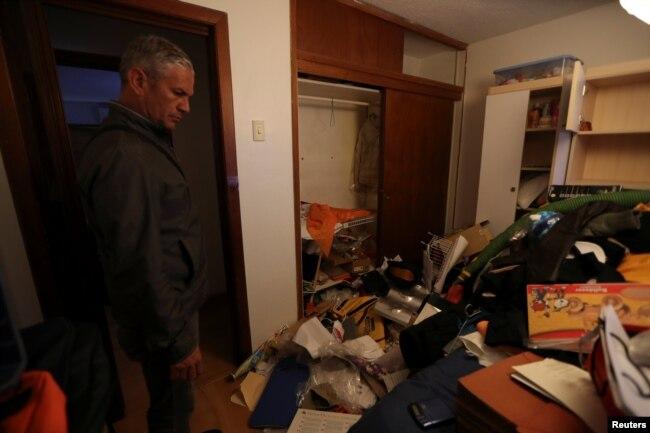 Fotografías divulgadas por la agencia de prensa Reuters muestran el desorden en la casa del abogado Roberto Marrero tras el registro por parte de fuerzas de inteligencia (Sebin).