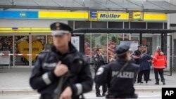 La police déployée après une attaque au couteau dans un supermarché à Hambourg, Allemagne, 28 juillet 2017.