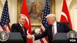 Presiden Turki Recep Tayyip Erdogan (kiri) berjabat tangan dengan Presiden AS Donald Trump usai konferensi pers bersama di Gedung Putih, 16 Mei tahun lalu (foto: dok).