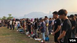 香港示威者星期天(10月27日)折纸鹤悼亡灵。