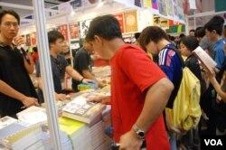 深圳市民魏先生(紅衣者)參觀香港書展,購買有關粵語文化的書籍(美國之音湯惠芸)