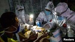 Staf medis mengambil sampel uji cepat dari vendor di pasar tradisional untuk mencegah penyebaran Covid-19 di Semarang, Provinsi Jawa Tengah, 22 Mei 2020. (Foto: Antara via Reuters)