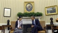 အေမရိကန္သမၼတ Obama နဲ႔ လူထုေခါင္းေဆာင္ ေဒၚေအာင္ဆန္းစုၾကည္ ဝါရွင္တန္ဒီစီအိမ္ျဖဴေတာ္တြင္ ေတြ႔ဆံုၾကစဥ္ ( စက္တင္ဘာ ၁၉၊ ၂၀၁၂)