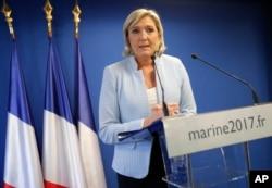 ຜູ້ນຳຫົວອະນຸລັກນິຍົມຈັດຂອງ ຝຣັ່ງ ທ່ານນາງ Marine Le Pen ກ່າວຖະແຫຼງການ ກ່ຽວກັບ ການເລືອກຕັ້ງປະທານາທິບໍດີ ໃນ ສະຫະລັດ ອາເມຣິກາ. ເມືອງ Nanterre, ຝຣັ່ງ. 9 ພະຈິກ 2016.