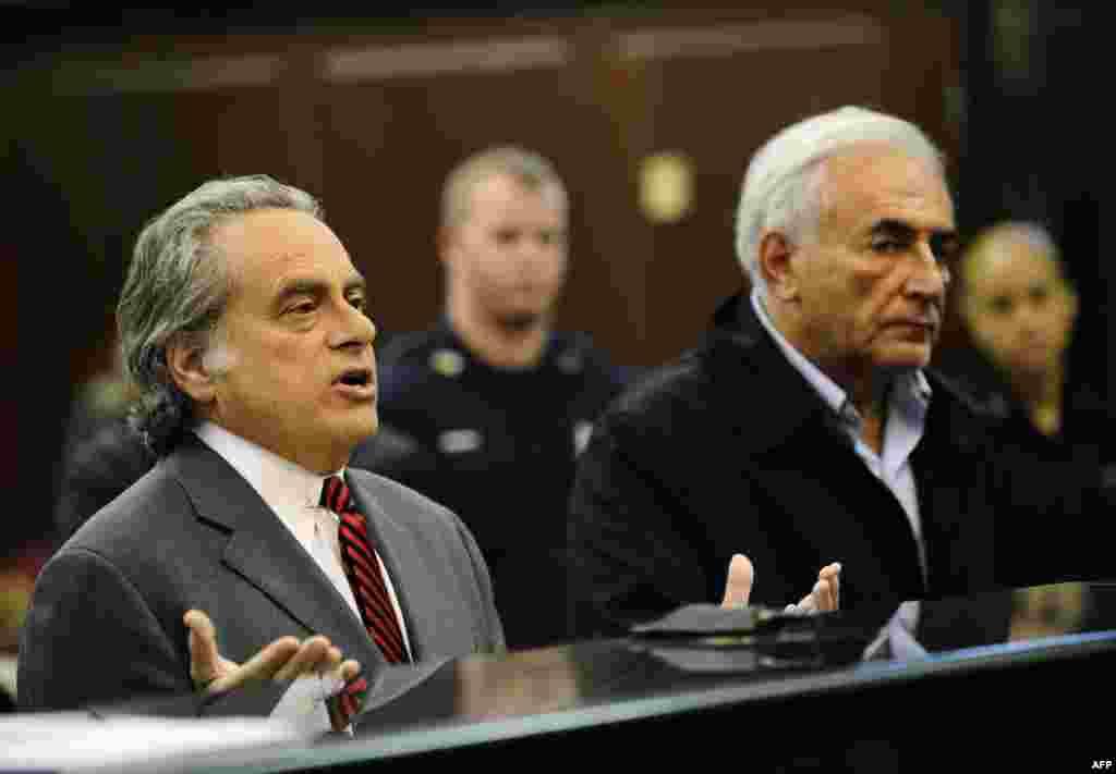 Доминик Стросс-Кан и его адвокат Бенджамин Брафман, 16 май 2011г.