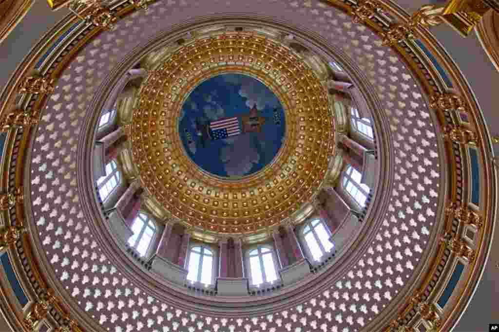 爱荷华州政府大楼的中央穹顶。2月15日晚上,州长布兰斯塔德将在穹顶下的圆形大厅举办正式宴会招待到访的习近平副主席一行,估计有600人参加。爱荷华接待外国首脑的机会不算太多,上次还是1959年苏联部长会议主席赫鲁晓夫来访的时候。