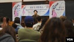 미국 워싱턴의 조지타운대학교 북한인권 모임THiNK와 북한인권 비영리단체 노체인이 공동으로 주관한'통일맘 연합회 증언의 밤' 행사에서 탈북 여성이 증언하고 있다.