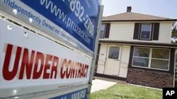 """美国经济或许走出低谷。图为一处上市房屋宣布""""已签合约"""""""