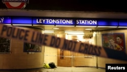 "Polisi London mengamankan lokasi serangan teror di stasiun kereta bawah tanah ""Leytonstone"" di kota London (6/12)."