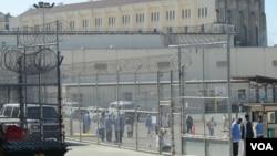 Para napi di penjara San Quentin, California melakukan acara olahraga (VOA/ JoAnn Mar).