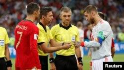 Nahodha wa Ureno Christiano Ronaldo, (kushoto) na Sergio Ramos (kulia) wakiwa na waamuzi kabla ya mchezo mjini Sochi, Russia, Ijumaa.