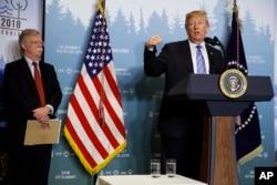 ທີ່ປຶກສາຄວາມໝັ້ນຄົງແຫ່ງຊາດສະຫະລັດ ທ. ຈອນ ບອລຕັນ ແລະປະທານາທິບໍດີ ດໍໂນລ ທຣໍາ ຢູ່ກອງປະຊຸມສຸດຍອດ G-7 ທີ 9 ມິຖຸນາ 2018 ທີ່ປະເທດການາດາ.