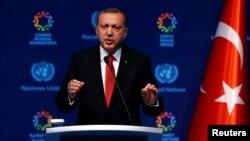 Tổng thống Thổ Nhĩ Kỳ Recep Tayyip Erdogan phát biểu trong buổi họp báo bế mạc Hội nghị thượng đỉnh Nhân đạo Thế giới ở Istanbul, Thổ Nhĩ Kỳ, ngày 24 tháng 5 năm 2016.