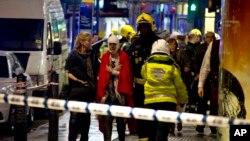 2013年12月19日倫敦阿波羅劇場屋頂部分坍塌後,警方營救和一些觀眾受傷的情況。