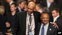 Mantan pemain bola basket NBA Kareem Abdul-Jabbar berdiri bersama Jesse Jackson Jr di Las Vegas, 19 Oktober 2016. (Foto: AP)