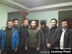 民主人士薛明凯(中)与律师和网友在郑州(网络图片)