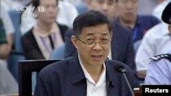 2013年8月24日薄熙來在濟南中級法院上進行答辯。