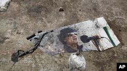 卡扎菲画像被扔在地上