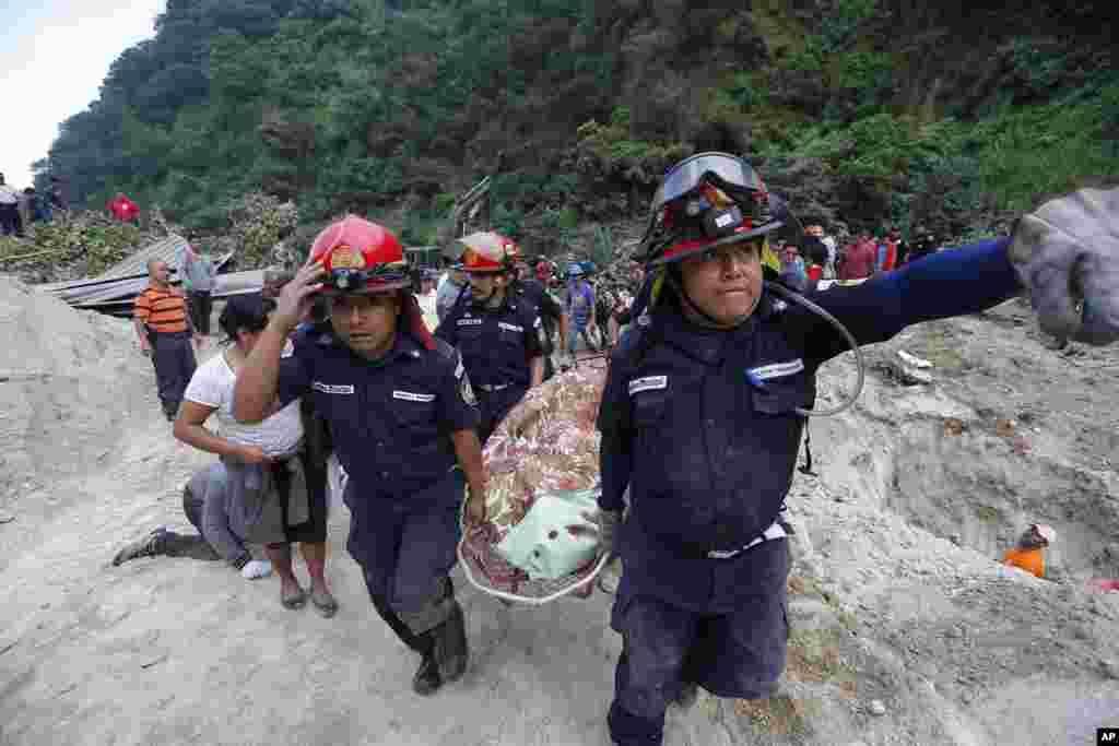 Nhân viên cứu hộ đưa một thi thể khỏi hiện trường một vụ lở đất ở Santa Catarina Pinula, vùng ngoại ô của Thành phố Guatemala, Guatemala.