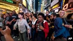 Protesti na 42. ulici u Njujorku, u blizini Tajms Skvera, zbog smrti Fredija Greja u Baltimoru, 29. aprila 2015.
