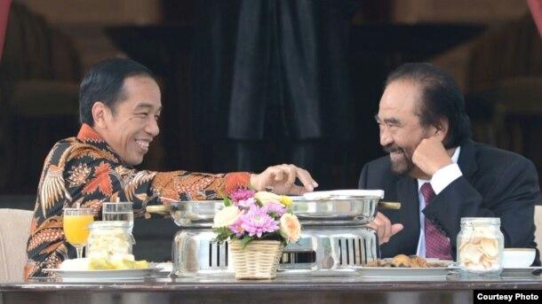 Presiden Joko Widodo menerima kunjungan Ketua Umum Partai Nasdem Surya Paloh di teras Istana Merdeka Jakarta Selasa 22 November 2016. (Foto: Biro Pers Kepresidenan)