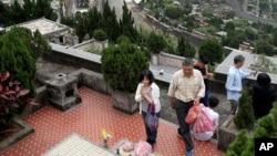 台北民众在清明节期间扫墓(2016年4月4日)