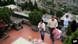 台北一家人在2016年的清明節前去家人墓地祭拜。