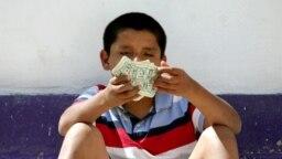 Seorang anak laki-laki yang menjalani perawatan penyalahgunaan narkoba duduk di teras pusat rehabilitasi di Tijuana 13 Mei 2010. (Foto: Reuters)