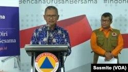 Juru bicara untuk penanganan virus corona, Achmad Yurianto dan juru bicara BNPB Agus Wibowo saat menggelar konferensi pers di Gedung BNPB Jakarta. (Foto: VOA/Sasmito)