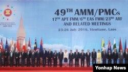 26일 라오스 비엔티안에서 개막한 아세안 지역안보 포럼 외교장관 회의에서 각 국 장관들이 기념촬영을 하고 있다.